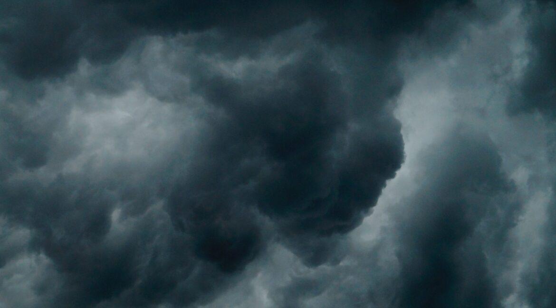 um céu cheio de nuvens escuras de chuva