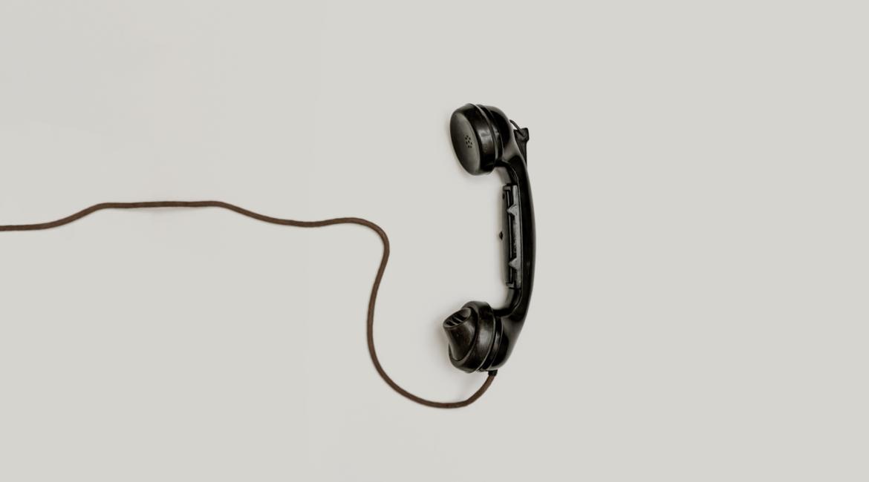 um telefone com fio em cima de um fundo branco
